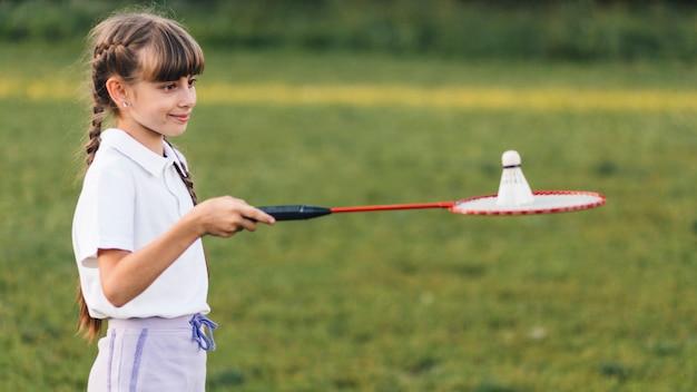 Retrato, de, um, menina sorridente, tocando, com, badminton