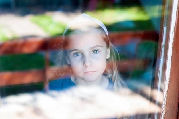 Retrato, de, um, menininha, atrás de, a, janela
