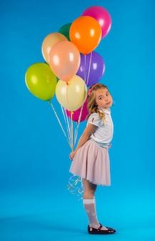 Retrato, de, um, menininha, com, balões