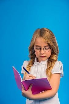 Retrato, de, um, menininha, com, óculos