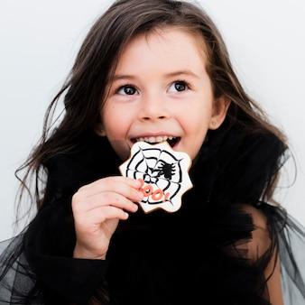 Retrato, de, um, menininha, comer um biscoito