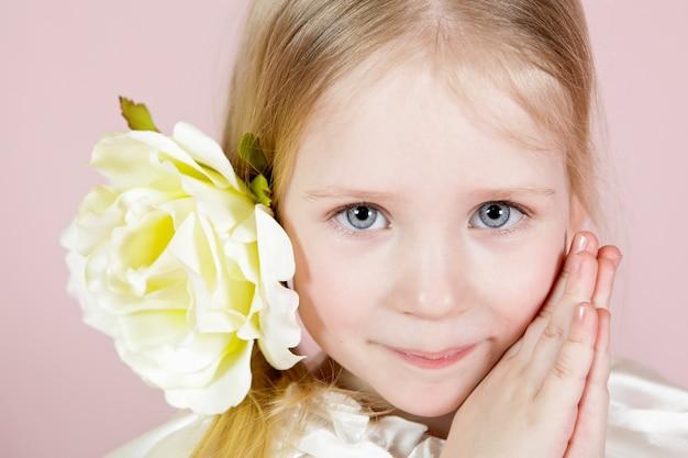 Retrato, de, um, menininha, em, um, vestido, com, flor