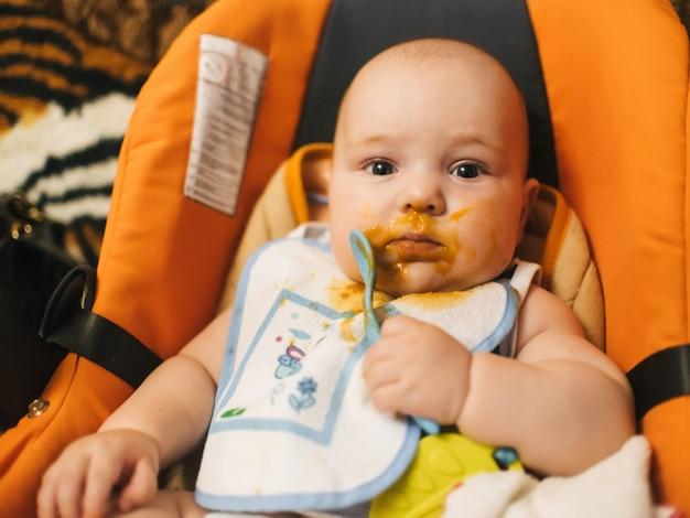Retrato, de, um, menininho, comer, um, bebê, com, um, colher