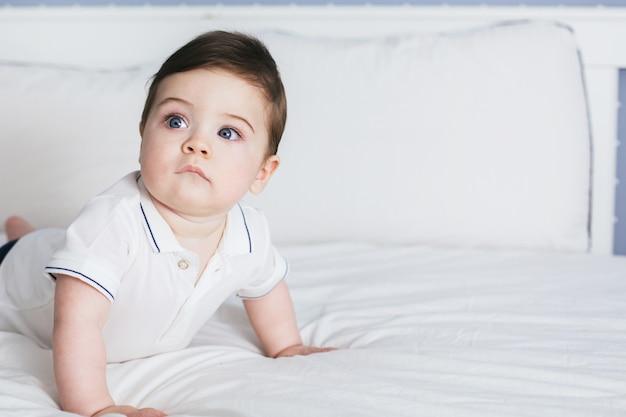 Retrato de um menino adorável com grandes olhos azuis e cílios longos.