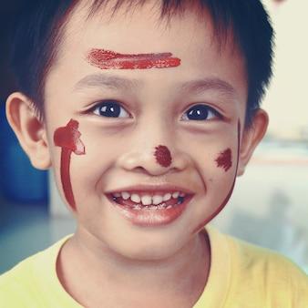 Retrato de um menino apreciando sua pintura. educação