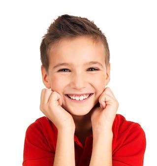 Retrato de um menino bonito e feliz com um lindo sorriso. foto na parede branca