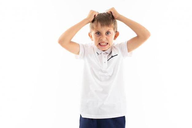 Retrato de um menino caucasiano está com raiva e gritando