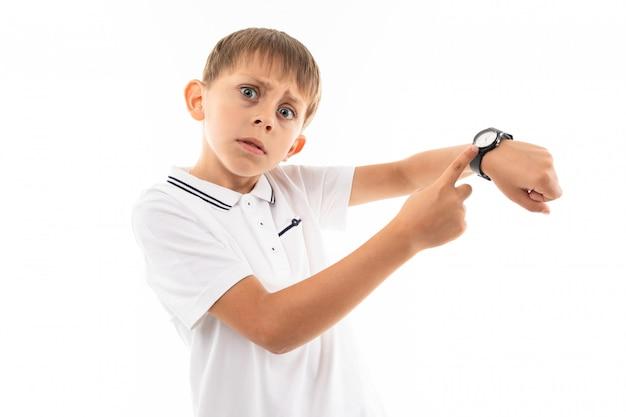 Retrato de um menino caucasiano mostra tempo limite