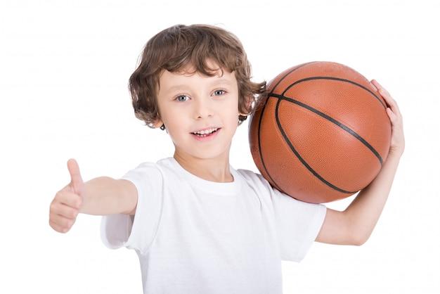 Retrato de um menino com uma bola de basquete.