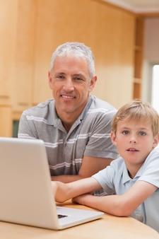Retrato, de, um, menino, e, seu, pai, usando, um, laptop