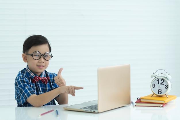 Retrato, de, um, menino, em, sala aula, conceito educação