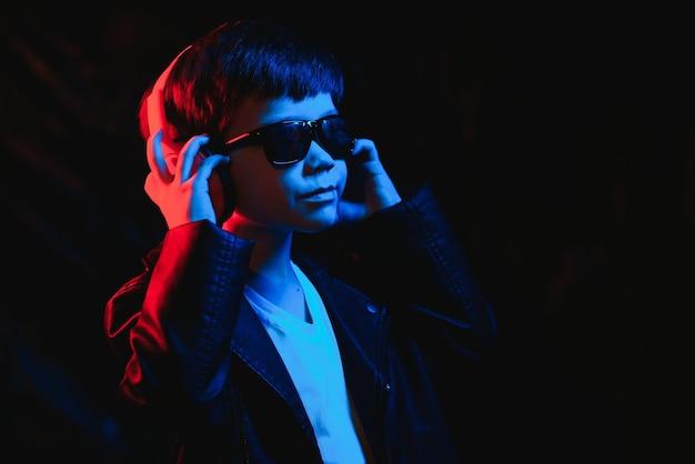 Retrato de um menino estiloso com fones de ouvido