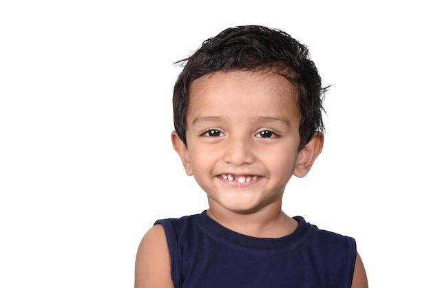 Retrato de um menino feliz e sorridente. expressão de criança.