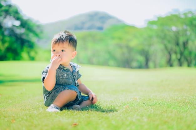 Retrato de um menino feliz no parque