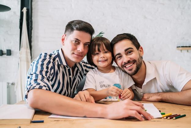 Retrato de um menino passando um bom tempo com seus pais em casa. conceito de família.
