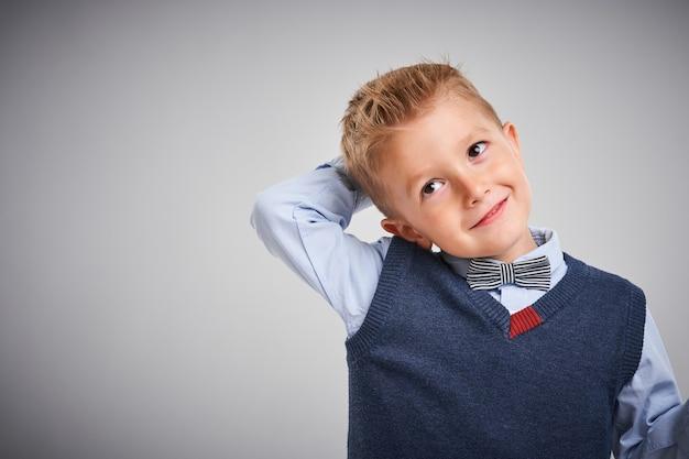 Retrato de um menino posando sobre branco