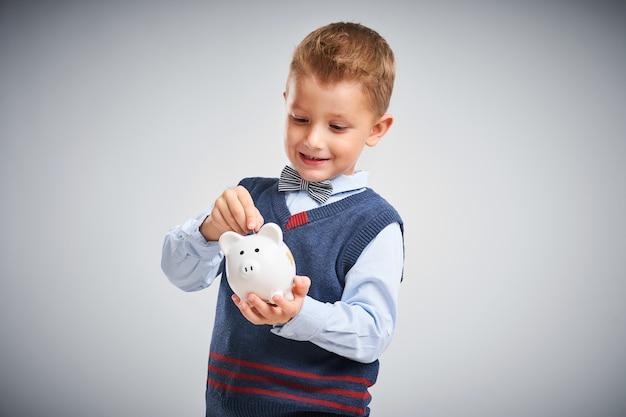 Retrato de um menino pronto para a escola isolado no branco
