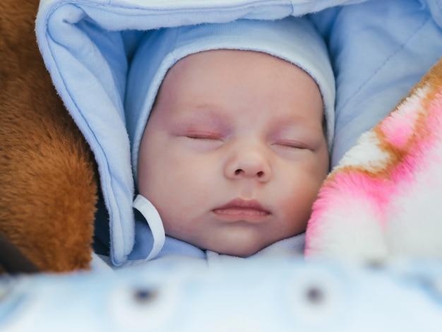 Retrato de um menino recém-nascido bonito dormindo