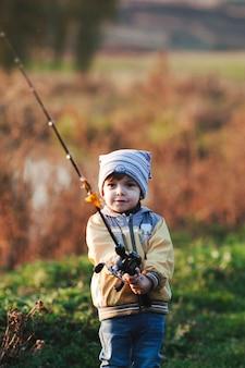 Retrato, de, um, menino, segurando, cana de pesca