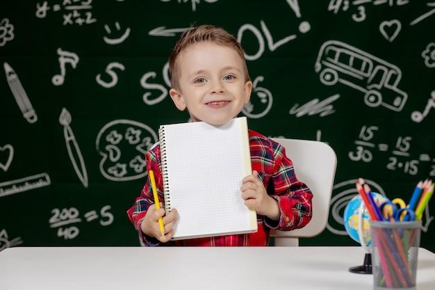 Retrato, de, um, menino, segurando um caderno