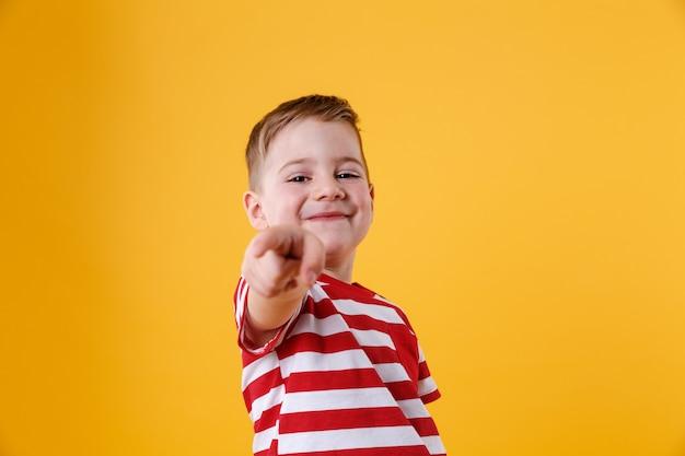 Retrato, de, um, menino sorridente, apontar dedo