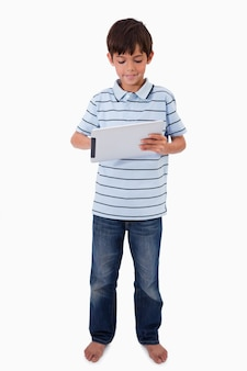 Retrato de um menino sorridente usando um tablet computador