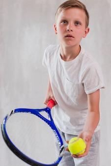 Retrato, de, um, menino, tocando, com, raquete, e, bola