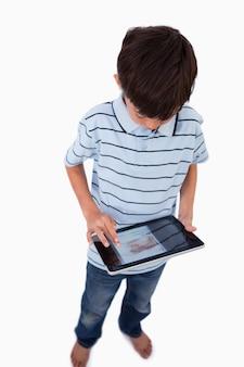 Retrato de um menino usando um tablet computador