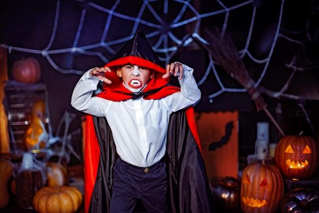 Retrato de um menino vestido com uma fantasia de um vampiro