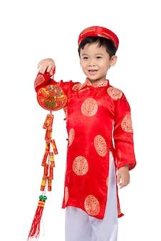 Retrato de um menino vietnamita engraçado e emocionante com fogos de artifício. criança asiática comemorando ano novo