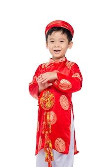 Retrato de um menino vietnamita engraçado e emocionante com fogos de artifício. criança asiática comemorando o ano novo. texto significa felicidade.