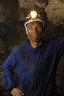Retrato de um mineiro dentro de uma mina