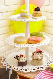 Retrato de um mini bolo e donuts preparado para a festa de aniversário de uma criança