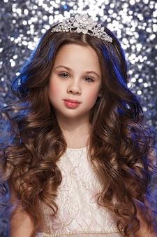 Retrato de um modelo de menina bonita. maquiagem natural, cabelos ondulados.