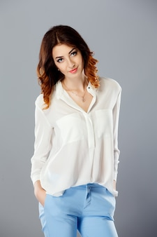 Retrato de um modelo vestido de jeans azul e camisa branca.