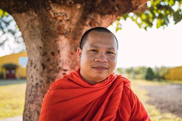 Retrato de um monge budista sorrindo.
