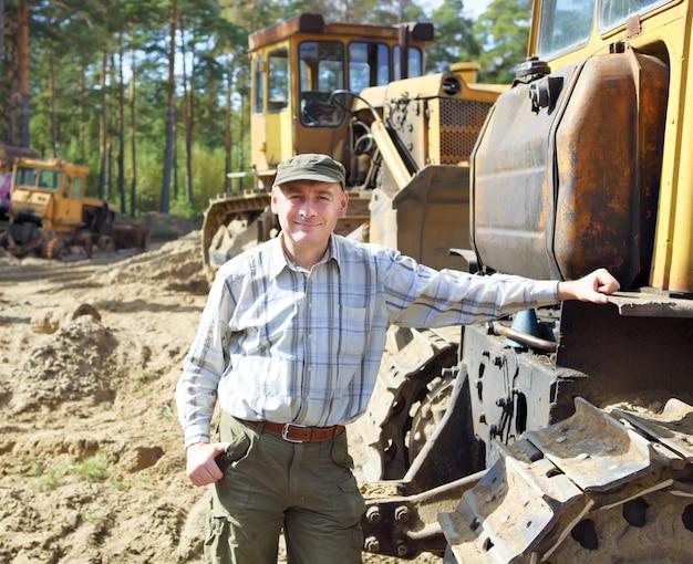 Retrato de um motorista de equipamento de construção