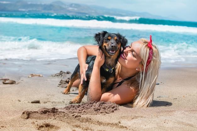 Retrato, de, um, mulher bonita, abraçando, dela, cão, praia, desfrutando, a, verão, dia