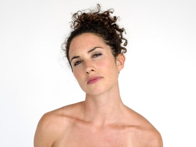 Retrato, de, um, mulher bonita, com, cabelo marrom ondulado