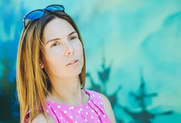 Retrato, de, um, mulher bonita, ligado, um, fundo, de, parede azul