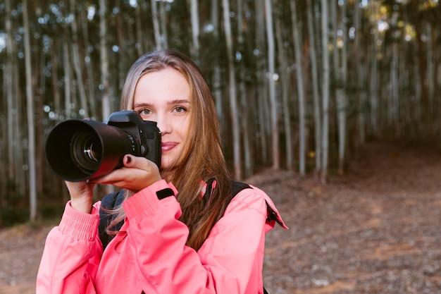 Retrato, de, um, mulher bonita, segurando, câmera