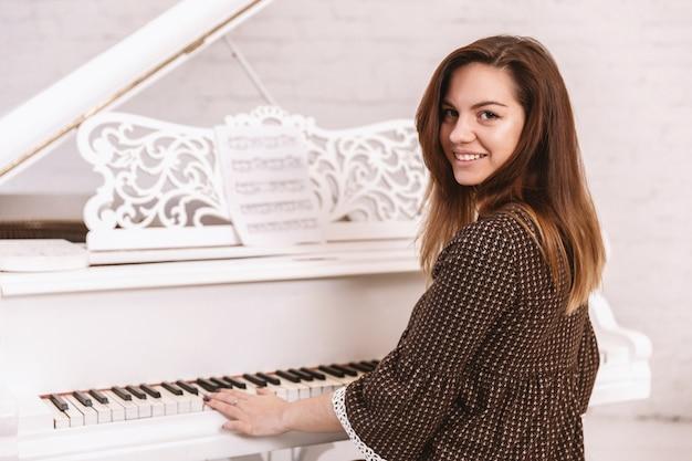 Retrato, de, um, mulher bonita, tocando piano