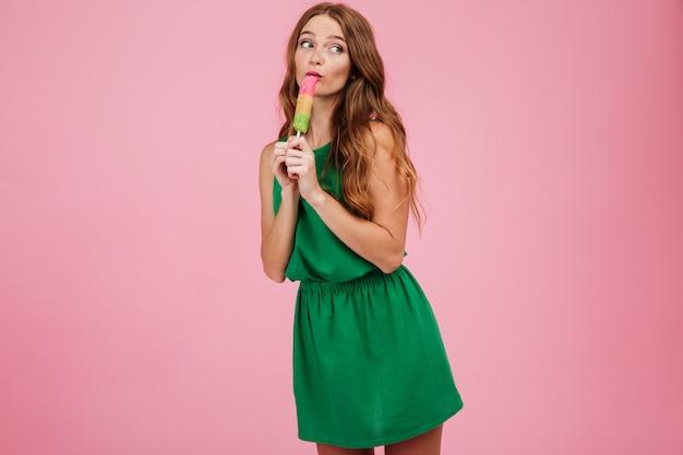 Retrato, de, um, mulher, com, cabelo comprido, lamber sorvete