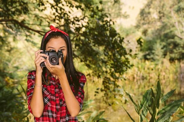 Retrato, de, um, mulher, com, câmera, em, floresta