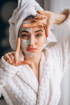 Retrato, de, um, mulher, com, um, máscara facial, metade, rosto