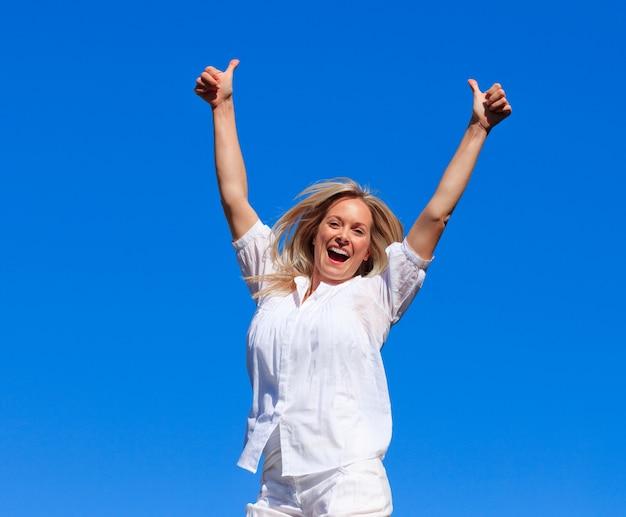 Retrato, de, um, mulher encantada, pular ar, ao ar livre