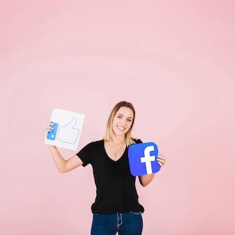Retrato, de, um, mulher feliz, com, facebook, polegares cima, ícone