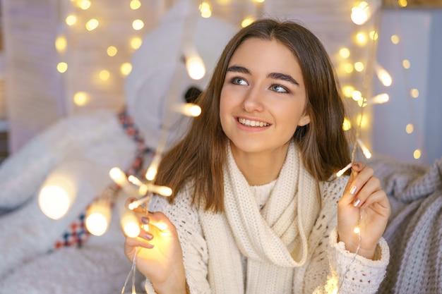 Retrato, de, um, mulher feliz, com, guirlandas, em, antecipação, de, a, ano novo, feriados
