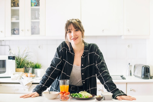 Retrato, de, um, mulher feliz, ficar, em, cozinha