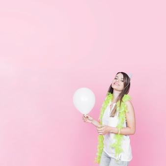 Retrato, de, um, mulher feliz, segurando, branca, balloon, ligado, cor-de-rosa, fundo